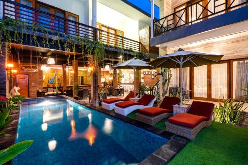 Der Swimmingpool an oder in der Nähe von Nyuh Gading Home Stay