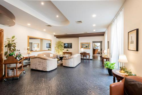 The lobby or reception area at Hotel Asnigo