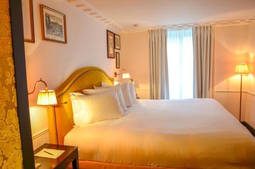 A bed or beds in a room at La Chambre du Marais