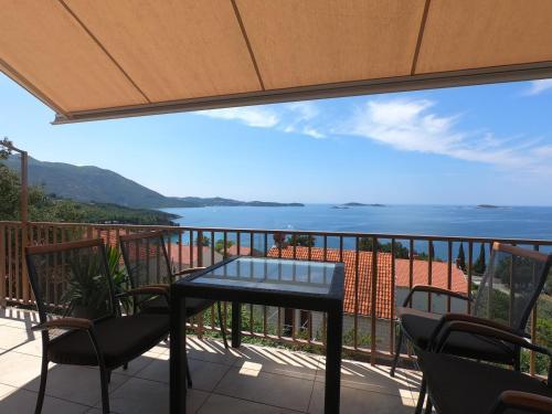 A balcony or terrace at Apartments La Perla