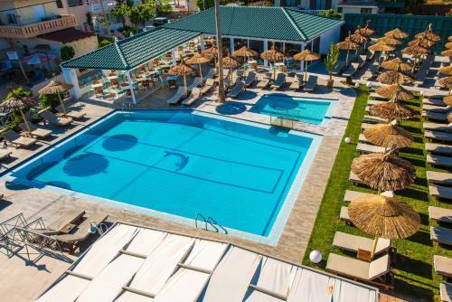 Vista sulla piscina di Solimar Turquoise - Adults Only o su una piscina nei dintorni