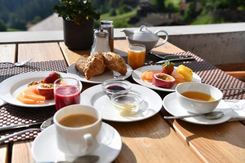 Breakfast options available to guests at Romantik Hotel The Alpina Mountain Resort & Spa