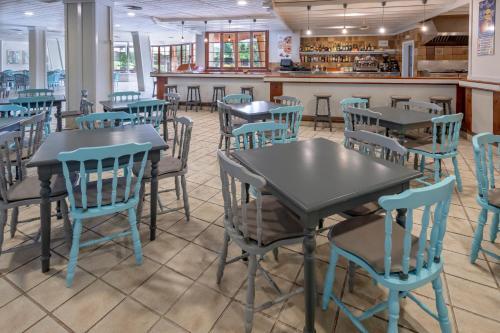Un restaurante o sitio para comer en GHT Aparthotel Tossa Park