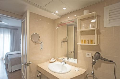 A bathroom at Hotel Sa Volta