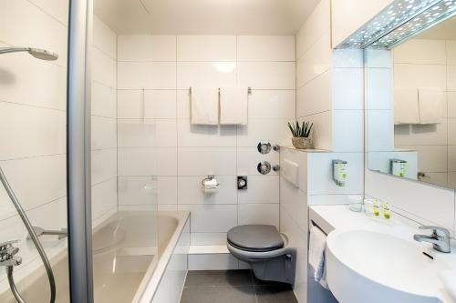 A bathroom at ACHAT Hotel Hockenheim