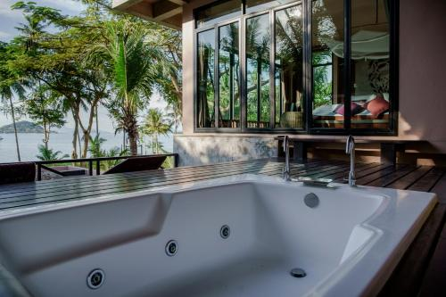 Ein Badezimmer in der Unterkunft Seavana Koh Mak Beach Resort