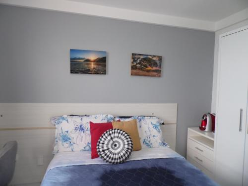 A bed or beds in a room at Suite Charmosa de frente para o Mar
