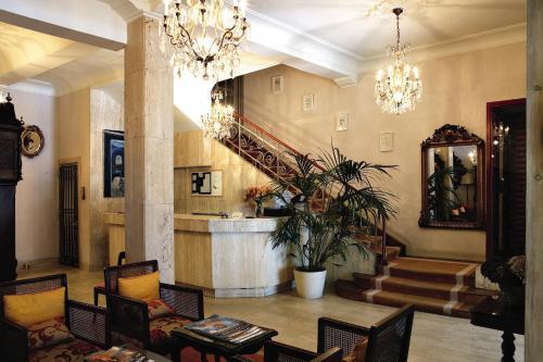 De lobby of receptie bij Hotel Niza