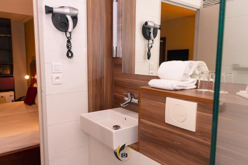 A bathroom at Tulip inn Sainte Clotilde