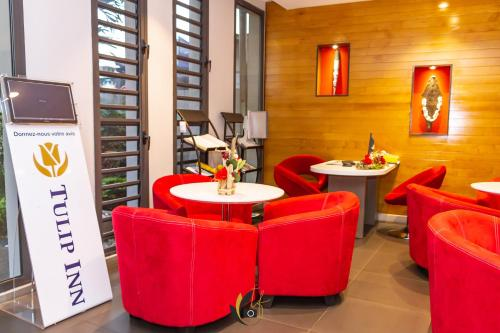 The lounge or bar area at Tulip inn Sainte Clotilde