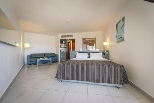 מיטה או מיטות בחדר ב-נפטון אילת מרשת מלונות דן