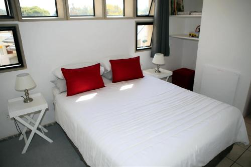 A bed or beds in a room at Spacious cottage in Parkhurst