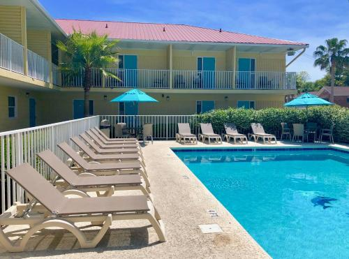The swimming pool at or near Dunes Inn & Suites - Tybee Island