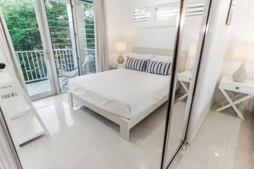 A bed or beds in a room at Island Views