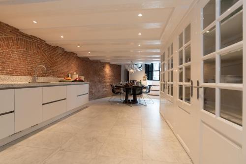 Een keuken of kitchenette bij Royal Boutique Apartment Amsterdam