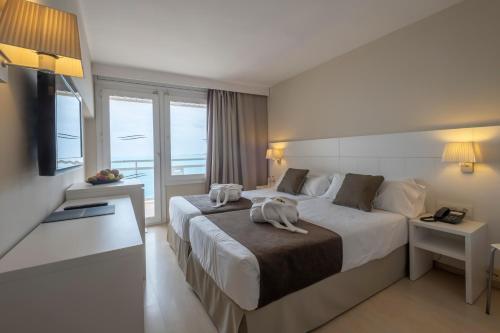 Кровать или кровати в номере Hotel Rosamar Maxim 4*- Adults Only