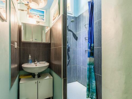 A bathroom at Le Ptit Jaune- Terrasse sur le Vieux Port