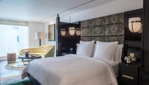 A bed or beds in a room at Four Seasons Hotel London at Ten Trinity Square