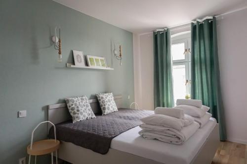 Łóżko lub łóżka w pokoju w obiekcie Apartamenty toruńskie pod Krzywą Wieżą