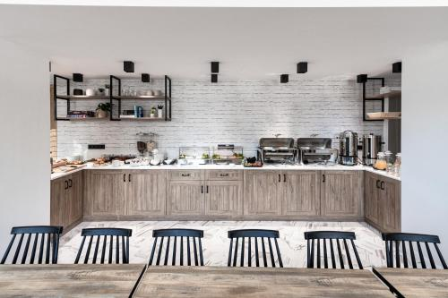 A kitchen or kitchenette at 31 Doors Hotel