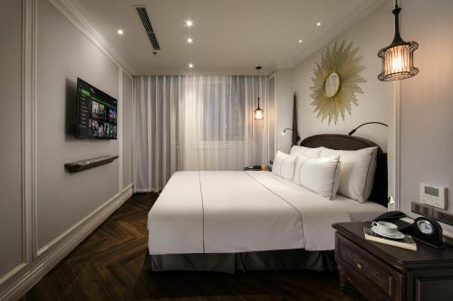 A bed or beds in a room at Canary Hotel