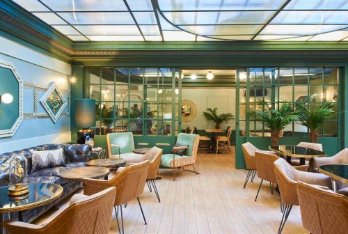 Een restaurant of ander eetgelegenheid bij Hotel Konti Bordeaux by HappyCulture