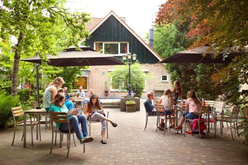 Een gezin dat verblijft bij Stayokay Hostel Arnhem