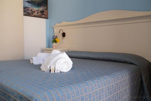A bed or beds in a room at Camping Village La Pineta