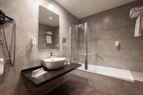 A bathroom at Hotel Gran Bilbao