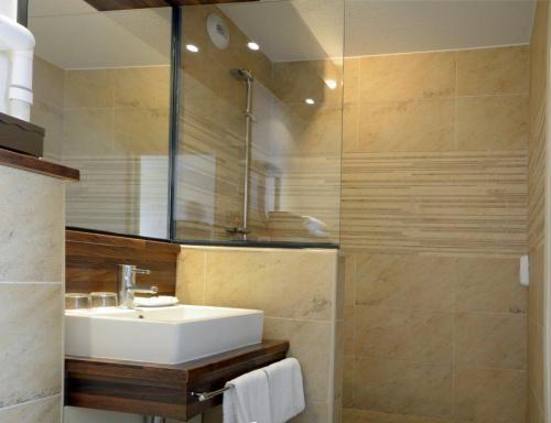A bathroom at Hôtel Le Biarritz