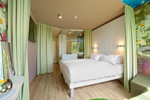 A bed or beds in a room at aja Bad Saarow