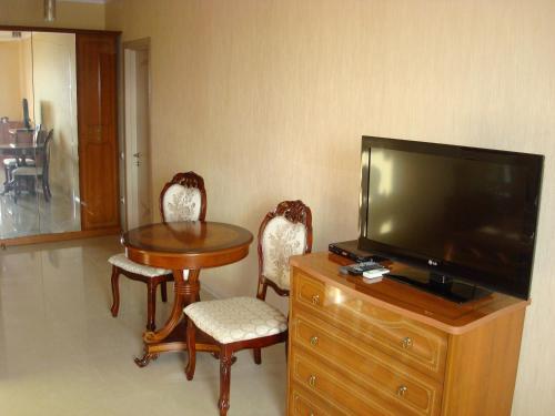 Телевизор и/или развлекательный центр в Стрекоза Комнаты в частном доме