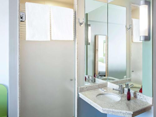 Um banheiro em ibis budget Rio de Janeiro Nova America