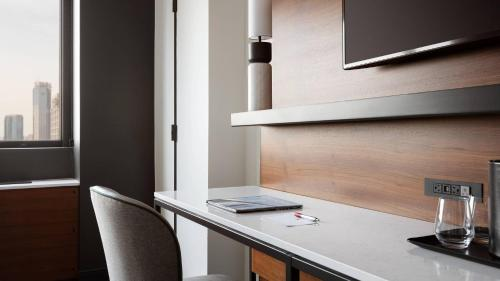 A kitchen or kitchenette at New York Marriott Downtown