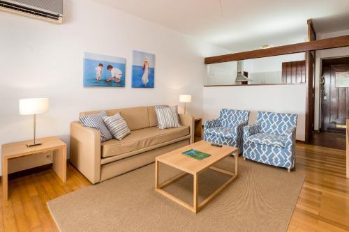 A seating area at Apartamentos Turisticos Pinhal Da Marina