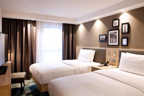 Ein Bett oder Betten in einem Zimmer der Unterkunft Hampton By Hilton Berlin City East Side Gallery