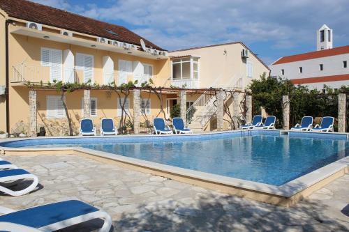 Majoituspaikassa Cosy Sun-Splashed Bedroom tai sen lähellä sijaitseva uima-allas