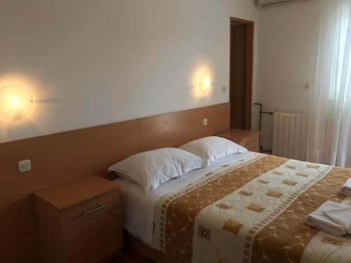 Vuode tai vuoteita majoituspaikassa Cosy Sun-Splashed Bedroom
