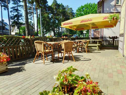 Reštaurácia alebo iné gastronomické zariadenie v ubytovaní Elīna