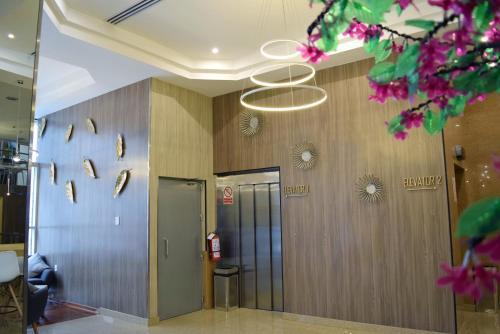 A bathroom at Gran Mundo Hotel & Suites