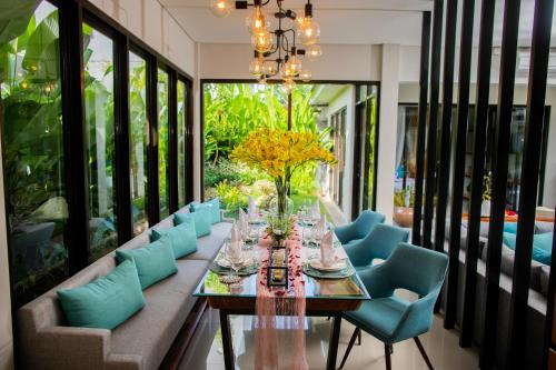 A restaurant or other place to eat at Layali Breeze Villa