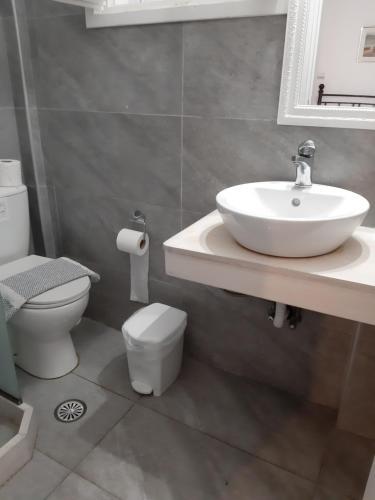 A bathroom at Pergola Hotel