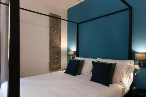A bed or beds in a room at L'EMPORIO ROOMS