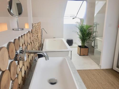 Salle de bains dans l'établissement Galerie, Tumulus de la Hogue