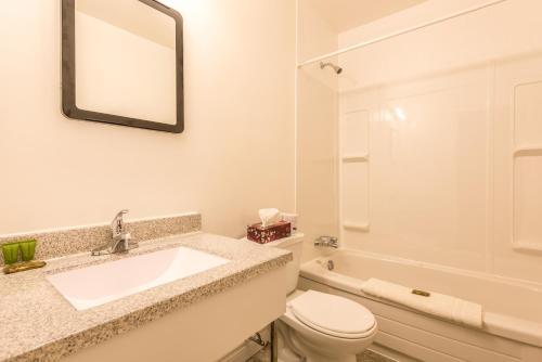 A bathroom at Lake City Motel