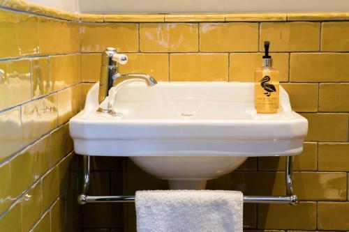 A bathroom at The Green Dragon Inn
