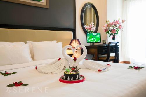 Ein Bett oder Betten in einem Zimmer der Unterkunft Hue Serene Palace Hotel