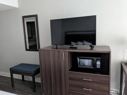 A television and/or entertainment centre at Lakefront Terrace Resort