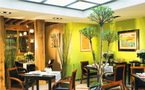 A restaurant or other place to eat at L'Absinthe Hotel