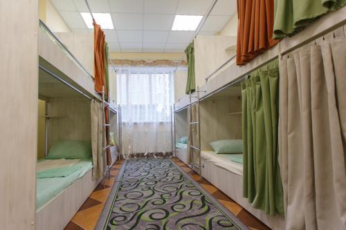 Двухъярусная кровать или двухъярусные кровати в номере Re Hostel